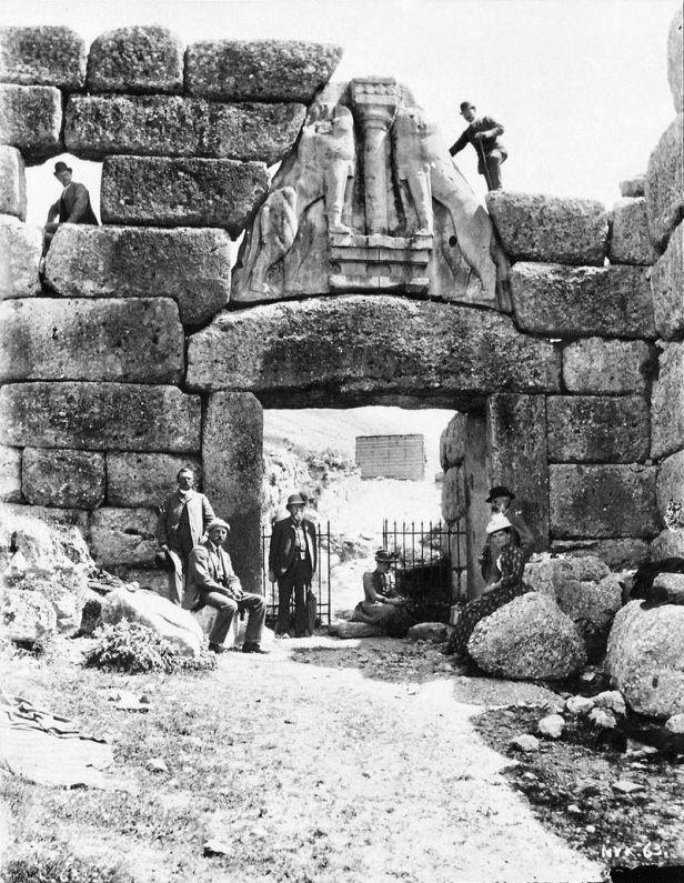 800px-Lion_Gate_Mykene_with_Wilhelm_Dörpfeld_and_Heinrich_Schliemann